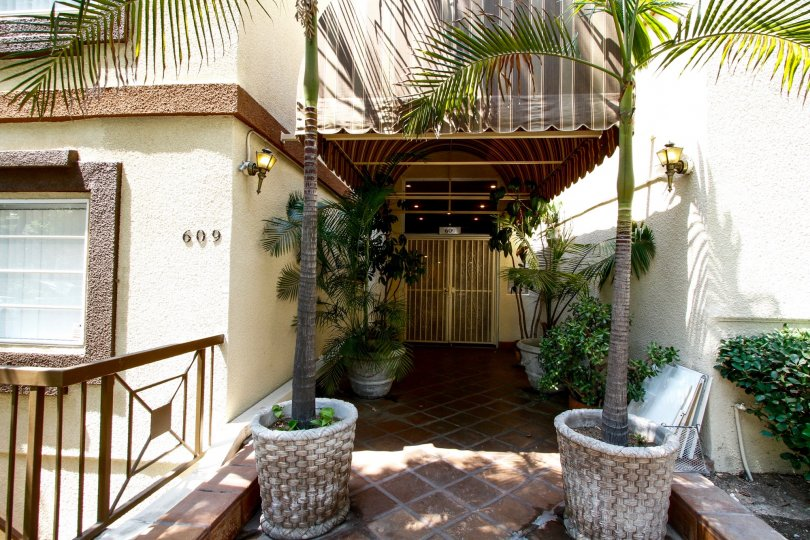 The entryway into Palm Terrace in Burbank California
