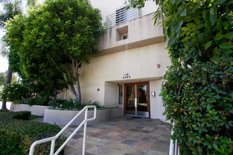 The beautiful entrance of the 4549 Haskell Ave building in Encino