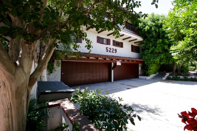 The private garage for 5229 Balboa Blvd