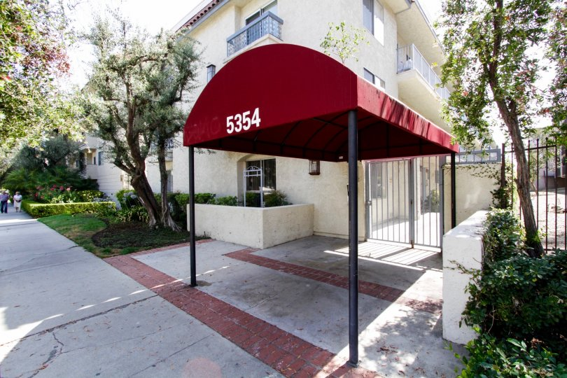 The covered entrance into 5334 Lindley Ave