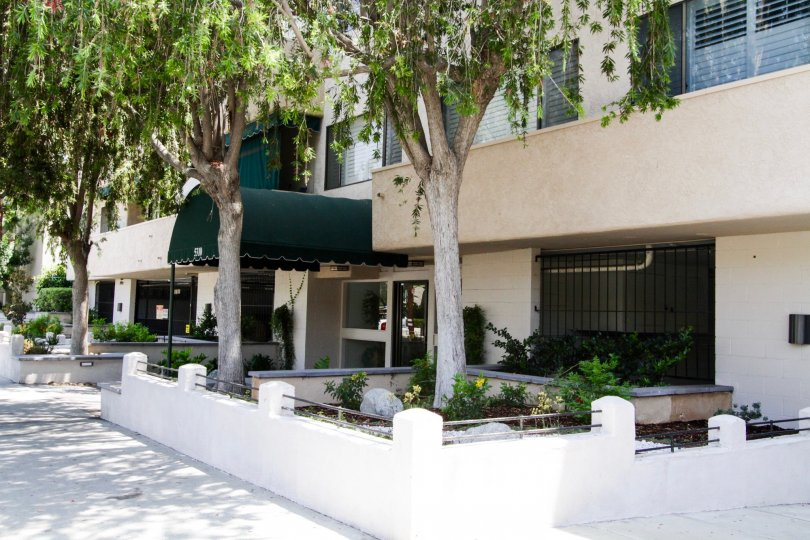 The covered entrance into the Encino Racquet Club