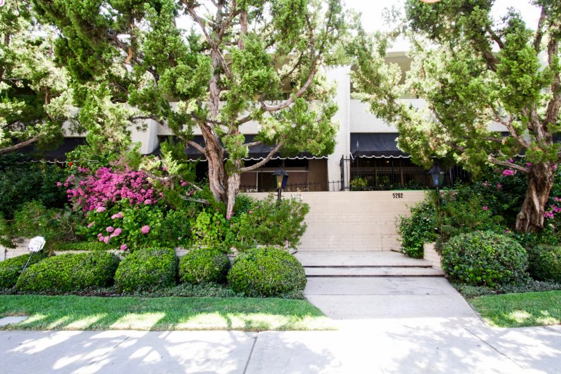 The stone wall in Encino Spa West that provides privacy