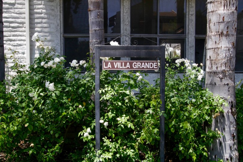 The sign annoucing La Villa Grande to those who pass by