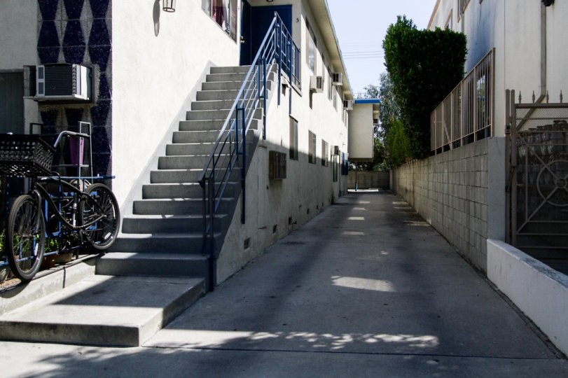 The alley between buidlings at the Mira Lago in North Hollywood