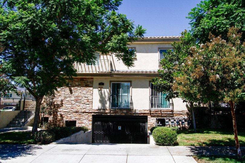 The building at 341 Glenoaks in Glendale California