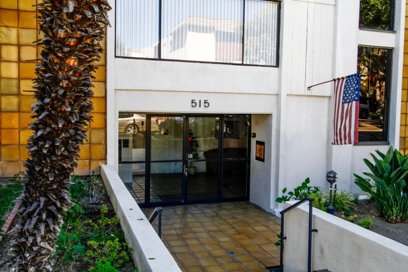 The entrance into 515 N Kenwood St in Glendale California