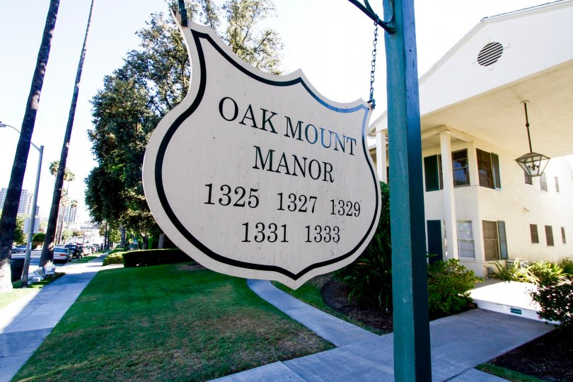 The sign for Oakmont Manor