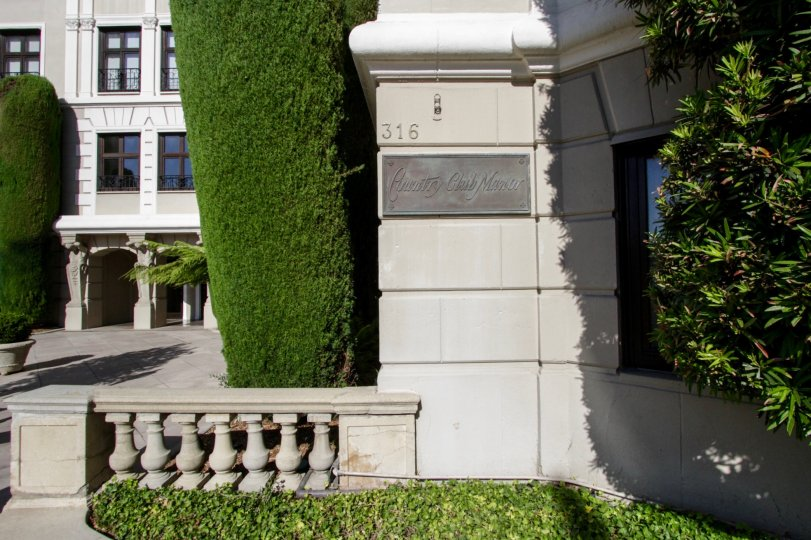 The plaque recognizing the Country Club Manor in Hancock Park