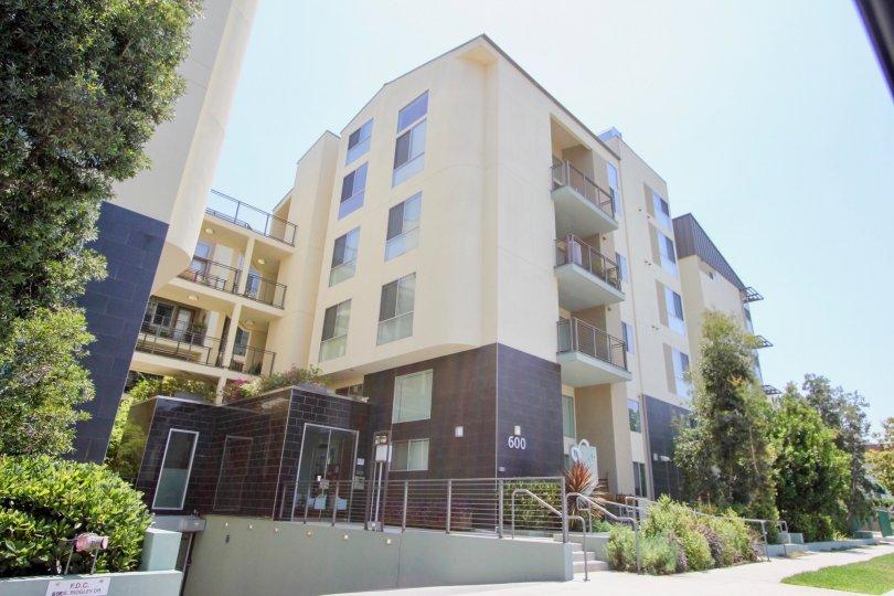 An attractive flat with beautiful greenery in California.