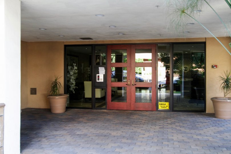 The entrance into The Gramercy at Hancock Park