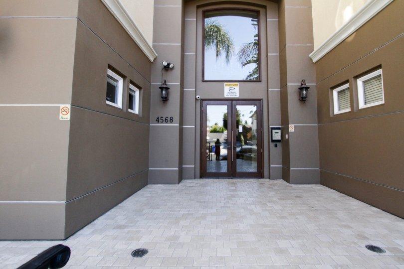 The entrance into Villa Del Capri in Hancock Park