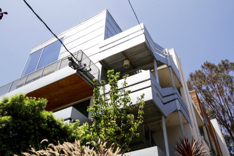 10 Palms in Hollywood has a modern style to it