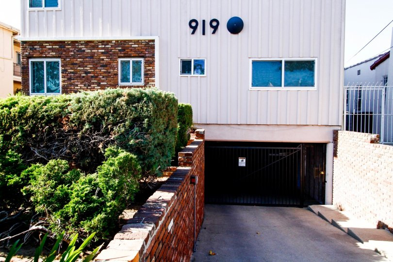 The driveway into 919 E La Plama Dr for parking in Inglewood