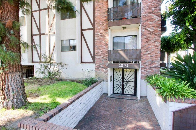 The entryway into Los Feliz Condominiums