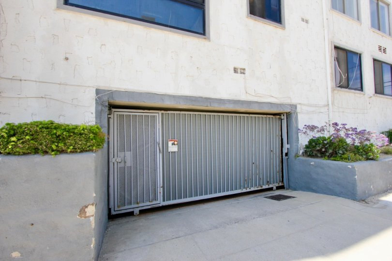The building in 1 jib of marina del rey has the protected gate.