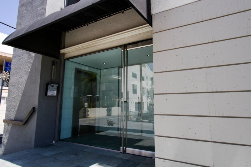 The entrance at 6 Voyage