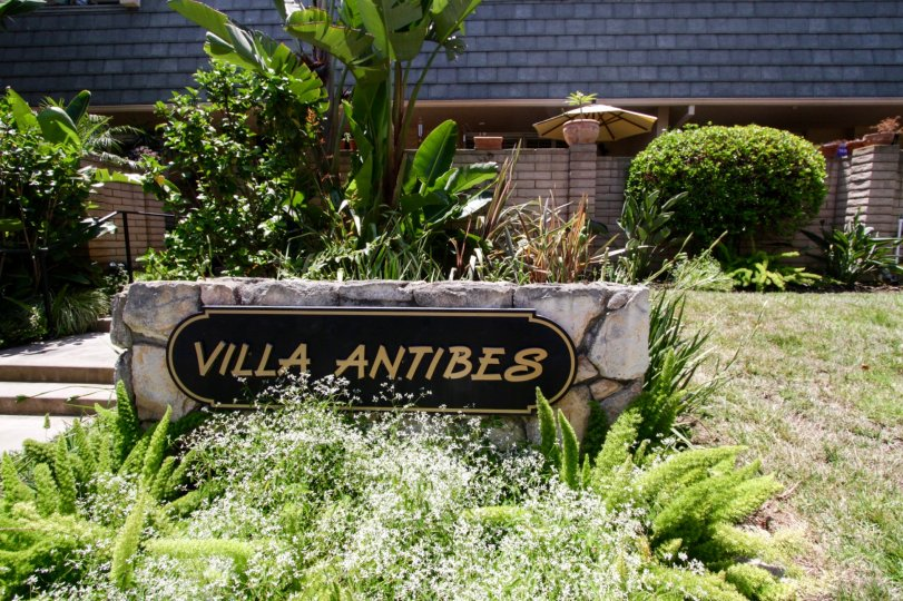 The sign annoucning the Villa Antibes