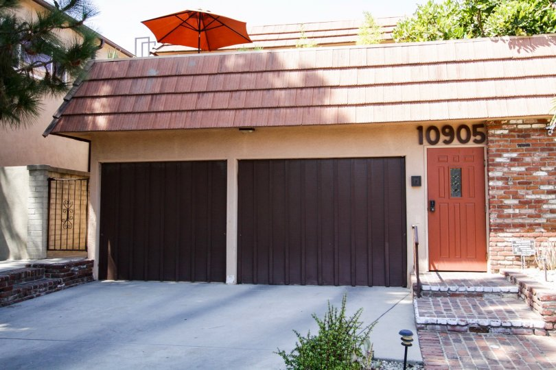 The private garage for 10905 Peach Grove St