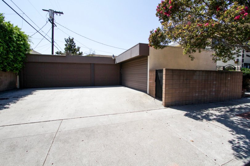 The parking at 4881 Cleon Ave in North Hollywood