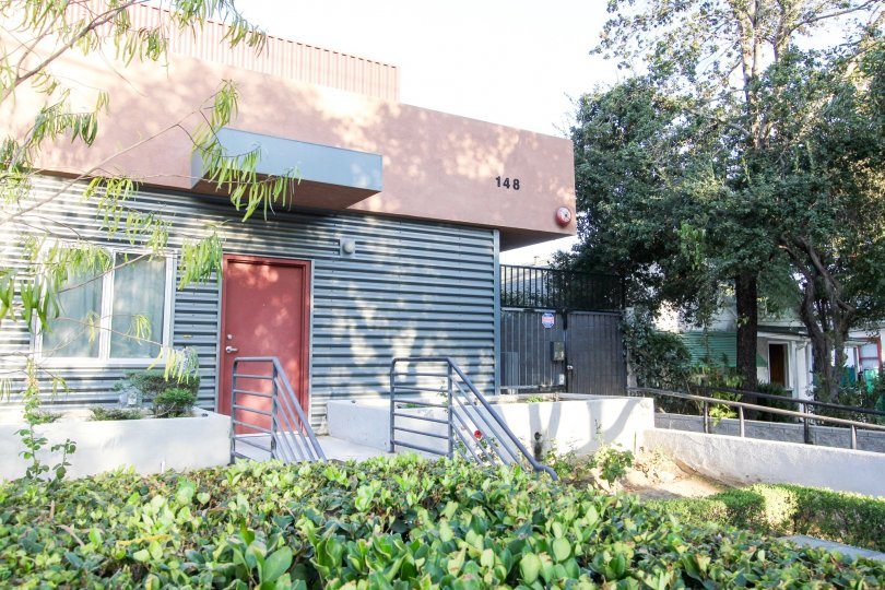 The landscaping around 148 N Mar Vista Ave in Pasadena, California