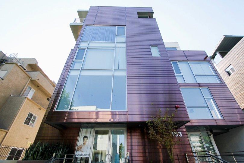 The large windows seen in 153 S Hudson Ave in Pasadena, California
