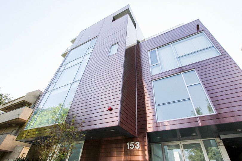 The view of the building at 153 S Hudson Ave