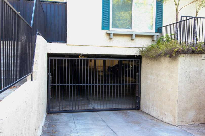 The parking garage at 253 N Mar Vista Ave
