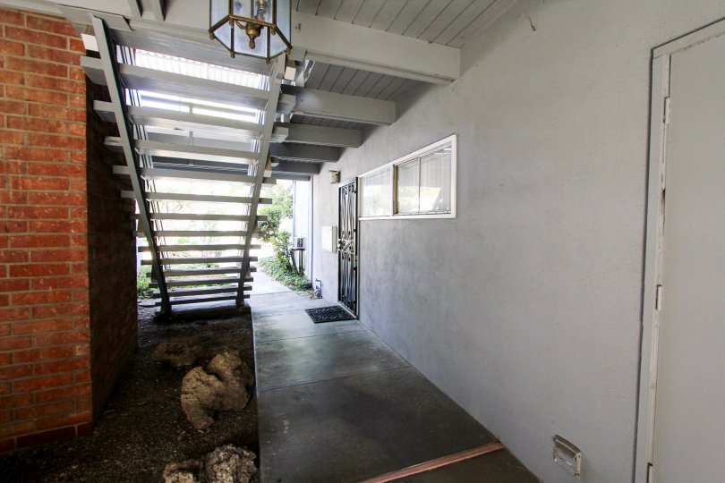 The breezeway inside 356 Cliff Dr in Pasadena, California