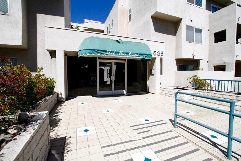 The entryway into Del Mar Court in Pasadena, California