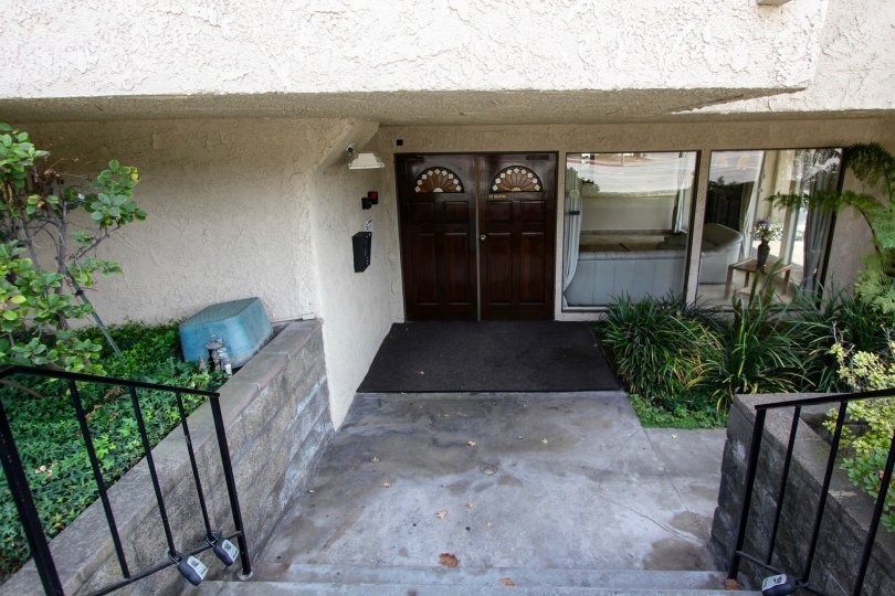 The entrance into the Del Mar Sierra Manor building