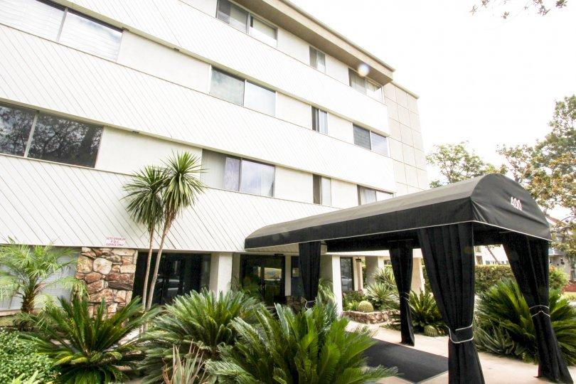 The entryway into Los Robles Condominiums