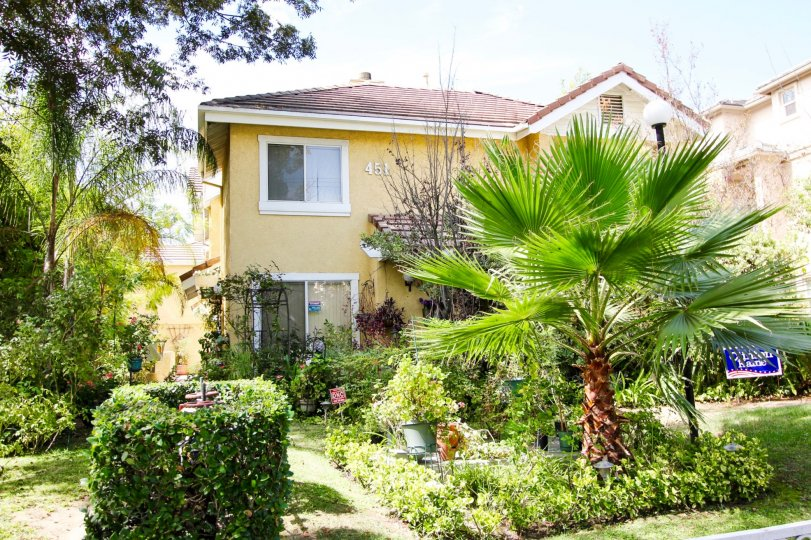 The rich landscaping seen around Oakland Gardens in Pasadena, California