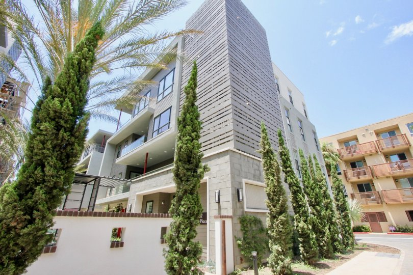 Large building with many rooms in Cleo, playa vista