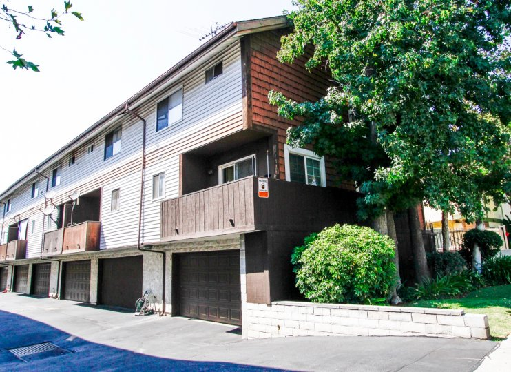 The building at 7115 Etiwanda Ave in Reseda California