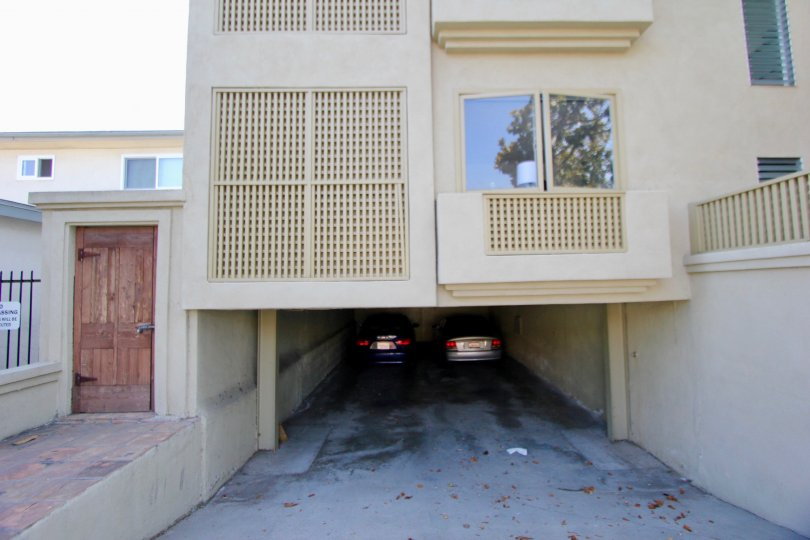 The 1524 10th St apartment of santa monica has a wide Parking space.