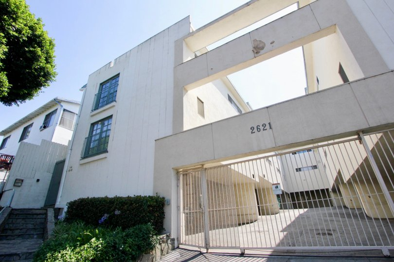 A beautiful day in the 2621 Centinela with a big gate of an apartment.