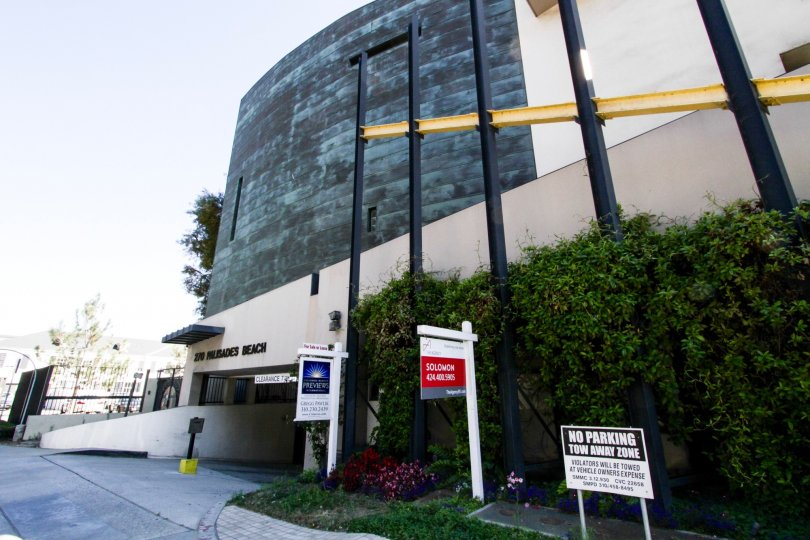 The entrance into the parking at 270 Palisades Beach in Santa Monica
