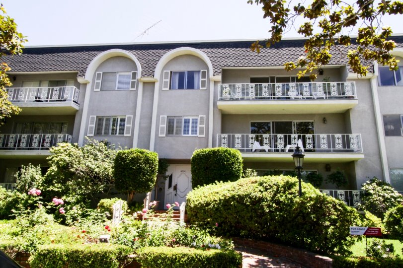 The building at 404 San Vicente in Santa Monica