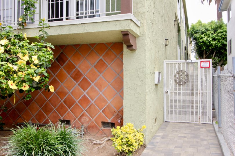 A side entrance in 428 Hill Street community with crisscrossing tiled wall on the first floor..