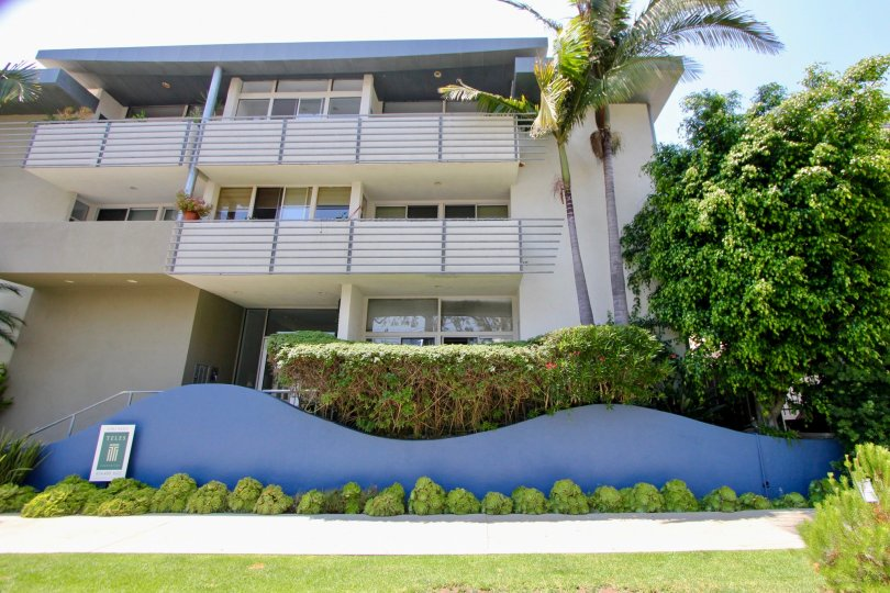 A low-rise housing complex in 519 California with wavy planters.