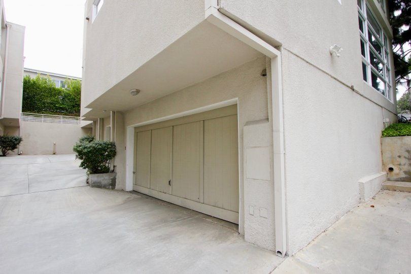 close shot of the garage of 650 pacific apartment, Santa Monica, California