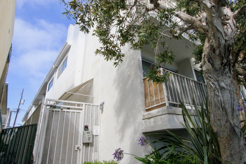 rich white building of 837 10th St, Santa Monica, California