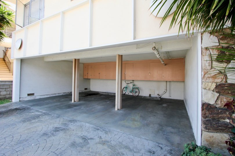 A white garage in the 908=912 6th St community with a bicycle