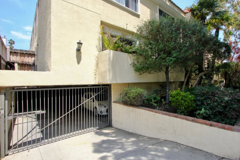 A closer look at the parking space and natural spaces of 933 17th St, Santa Monica, California
