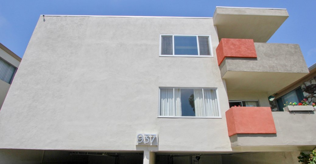 Big home in santa monica with flat windows and gray paint