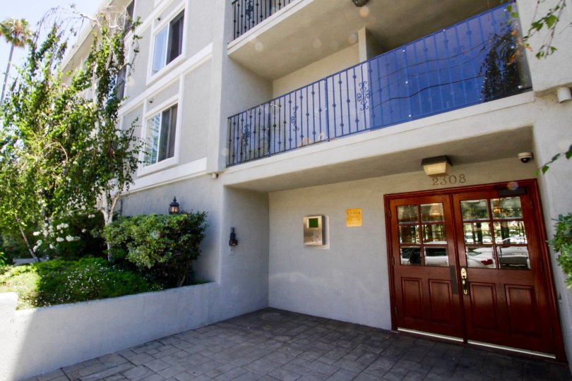 The entrance into Schader Dr Condos in Santa Monica