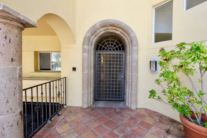 Tasteful finish of the entrance to an apartment in Schader Place, Santa Monica