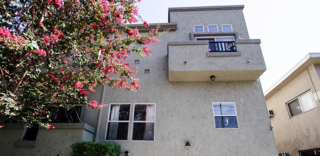 The balcony at 13250 Moorpark St in Sherman Oaks