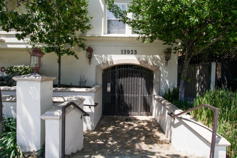 The entrance into 13935 Burbank Blvd