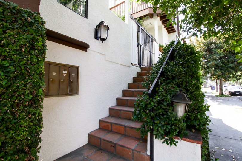 The entryway up to 14014 Milbank St in Sherman Oaks